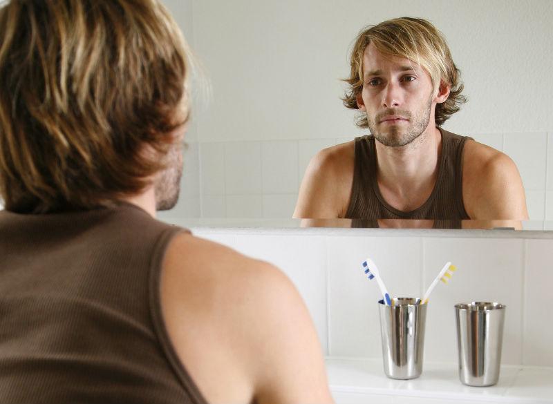 fotos de hombres mirandose al espejo